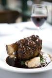 Jambe d'agneau avec le vin rouge image stock