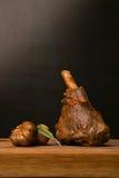 Jambe d'agneau cuite au four avec l'ail et le romarin Photographie stock