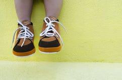 Jambe d'enfant en bas âge portant les chaussures brunes Photo stock