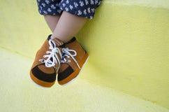 Jambe d'enfant en bas âge portant les chaussures brunes Photo libre de droits