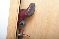 Jambe dans la porte. image stock
