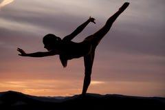 Jambe de danseur vers le haut de la pose de silhouette photographie stock libre de droits