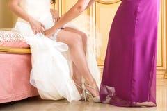 Jambe de jeune mariée avec la jarretière Photos libres de droits