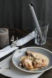 Jambe de lapin cuite dans la fin de crème sure d'un plat Photographie stock libre de droits