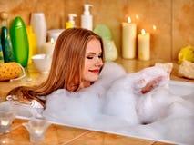 Jambe de lavage de femme dans le bathtube Photo stock