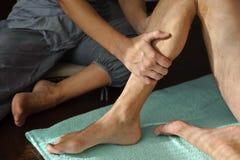 Jambe de massage Photos libres de droits