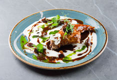 Jambe de poulet élégante en sauce crème tendre Images stock