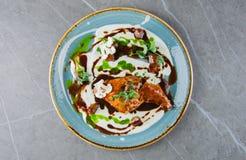 Jambe de poulet élégante en sauce crème tendre Photo stock