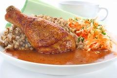 Jambe de poulet frit avec du sarrasin images libres de droits