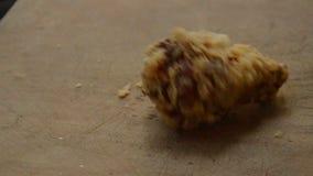 Jambe de poulet frit croustillante chutant sur le bloc en bois de côtelette banque de vidéos