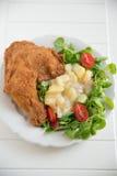 Jambe de poulet grillée avec de la salade photos libres de droits