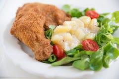 Jambe de poulet grillée avec de la salade image stock