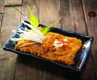 Jambe de poulet grillée avec l'herbe et les épices Photographie stock