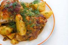 Jambe de poulet grillée tout entier avec les pommes de terre et les légumes bouillis Image stock