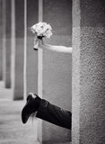Jambe des jeunes mariés avec un bouquet de main Photographie stock