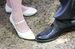 Jambe et chaussures des couples de mariage Photographie stock libre de droits