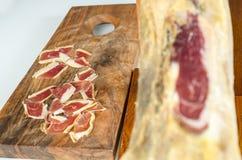 Jambe ibérienne traitée de jambon, jambon de bellota Nourriture espagnole gastronome Photo libre de droits