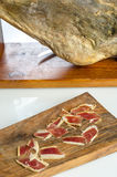 Jambe ibérienne traitée de jambon, jambon de bellota Nourriture espagnole gastronome Photographie stock