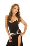Jambe mûre d'exposition d'avant de support de robe de noir de femme photos stock