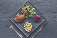 Jambe rôtie de canard, plan rapproché de nourriture de restaurant Photographie stock