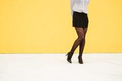 Jambes à la mode timides de femme d'affaires de mode Photos libres de droits