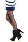 Jambes attrayantes de femme dans les bottes Image stock