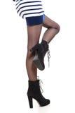 Jambes attrayantes de femme dans les bottes Photo stock