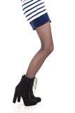 Jambes attrayantes de femme dans les bottes Photographie stock libre de droits