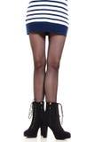 Jambes attrayantes de femme dans les bottes Photos stock