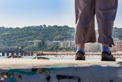 Jambes au bord de la mer Photo libre de droits