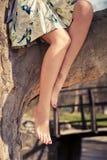 Jambes aux pieds nus de femme images stock