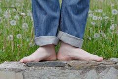 Jambes aux pieds nus heureuses dans la ville Images libres de droits
