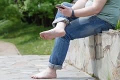 Jambes aux pieds nus heureuses dans la ville Photographie stock libre de droits