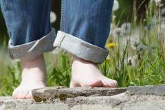 Jambes aux pieds nus heureuses dans la ville Photographie stock