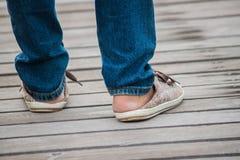 Jambes avec des espadrilles Photographie stock libre de droits