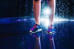Jambes avec des espadrilles de sports Image libre de droits