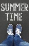 Jambes avec le signe d'heure d'été Photographie stock libre de droits