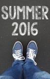 Jambes avec le signe de l'été 2016 Photographie stock libre de droits