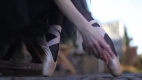 Jambes classiques en gros plan du ` s de ballerine dans les pointes Pieds femelles dans des chaussures de pointe banque de vidéos