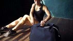 Jambes convenables de femme de jeunes de plan rapproché avec le centre de fitness entrant de sac bleu et préparation à la formati banque de vidéos