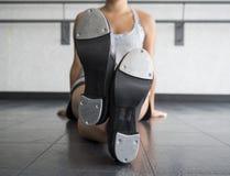 Jambes croisées avec des chaussures de robinet Image libre de droits