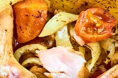 Jambes cuites au four de poulet rôti avec de divers légumes image libre de droits