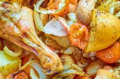 Jambes cuites au four de poulet rôti avec de divers légumes images libres de droits