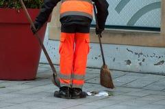Jambes d'employé municipal de l'homme avec la pelle et le balai dedans images stock