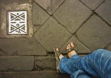 Jambes d'hommes avec des jeans dans la rue Photos libres de droits
