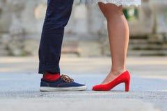 Jambes d'un couple se tenant vis-à-vis de l'un l'autre Images stock