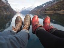Jambes d'un jeune couple près du lac image stock