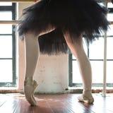 Jambes d'un plan rapproché de ballerine Les jambes d'une ballerine dans le vieux pointe Ballerine de répétition dans le hall Lumi photos libres de droits