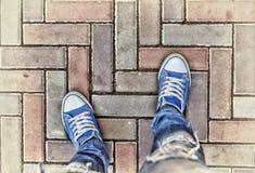 Jambes dans des espadrilles bleues Photos libres de droits