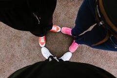 Jambes dans des espadrilles colorées Images stock
